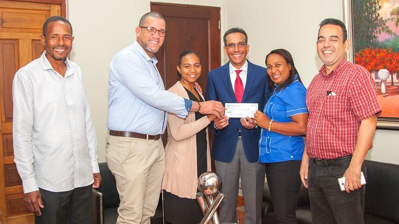 Productores de Villa Altagracia, Yamasá y El Pino reciben donaciones para maquinarias y oficinas